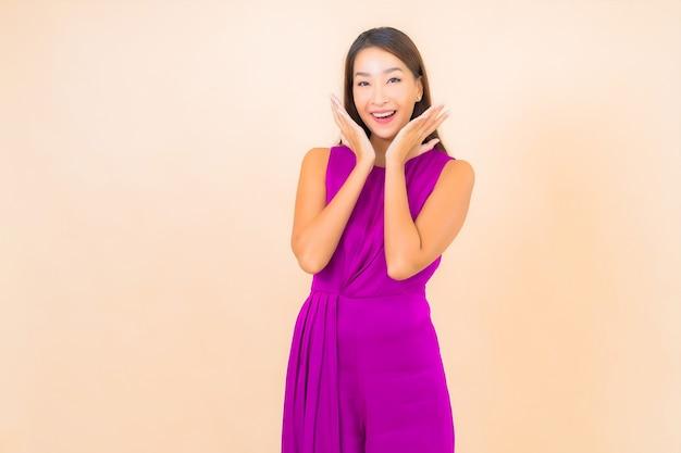 Porträt schöne junge asiatische frau in aktion auf farbe lokalisierten hintergrund