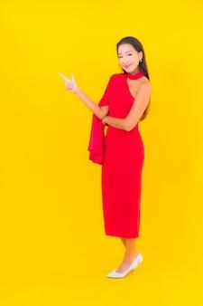 Porträt schöne junge asiatische frau lächeln mit aktion