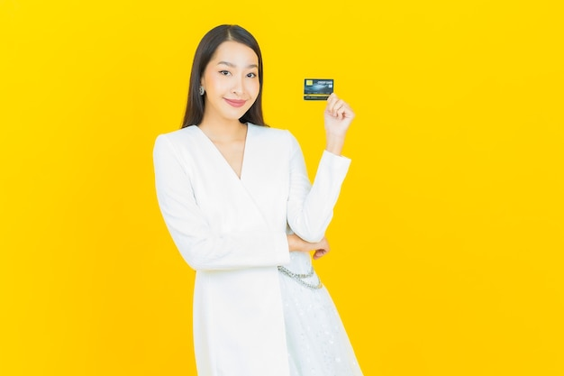 Porträt schöne junge asiatische frau lächeln mit kreditkarte
