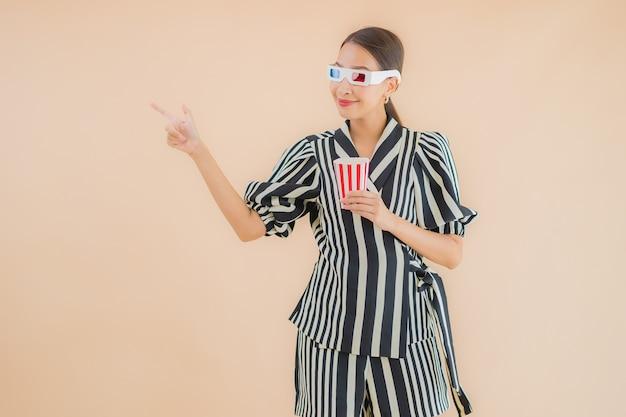 Porträt schöne junge asiatische frau mit 3d-brille