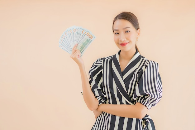 Porträt schöne junge asiatische frau mit bargeld und geld