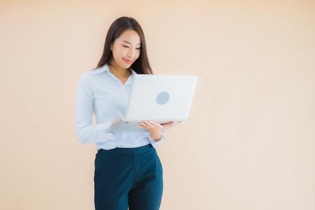 Porträt schöne junge asiatische frau mit computer laptop für die arbeit
