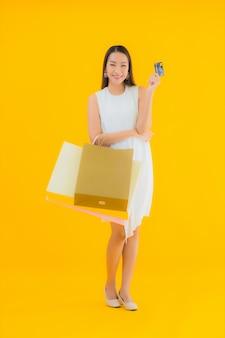 Porträt schöne junge asiatische frau mit einkaufstasche vom einzelhandelskaufhaus