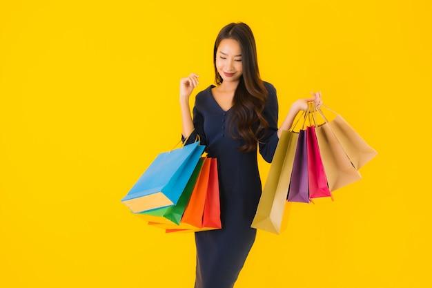 Porträt schöne junge asiatische frau mit einkaufstasche