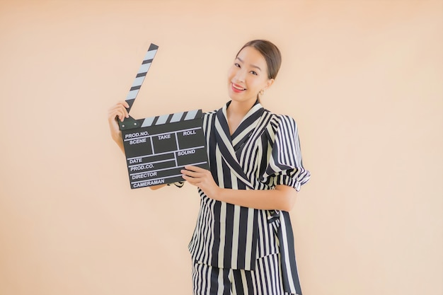 Porträt schöne junge asiatische frau mit filmklöppel
