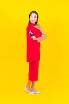 Porträt schöne junge asiatische frau mit make-up pinsel