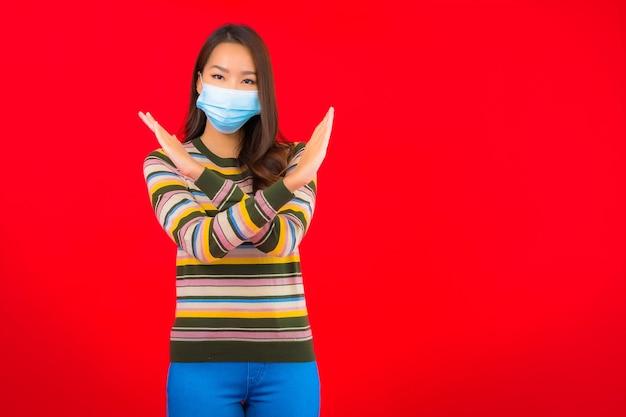 Porträt schöne junge asiatische frau mit maske für schutz covid19