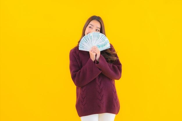 Porträt schöne junge asiatische frau mit viel geld und geld