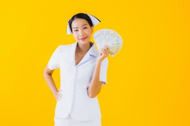 Porträt schöne junge asiatische frau thailändische krankenschwester mit viel geld und geld