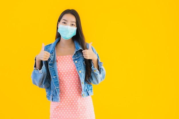 Porträt schöne junge asiatische frau tragen maske zum schutz coronavirus oder covid19