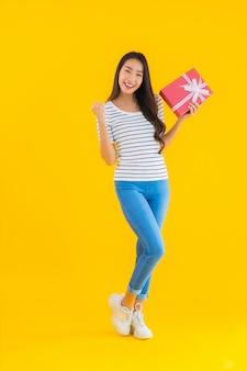 Porträt schöne junge asiatische frau zeigen rote geschenkbox