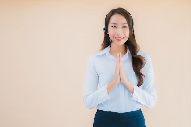 Porträt schöne junge asiatische geschäftsfrau mit kopfhörer für call center