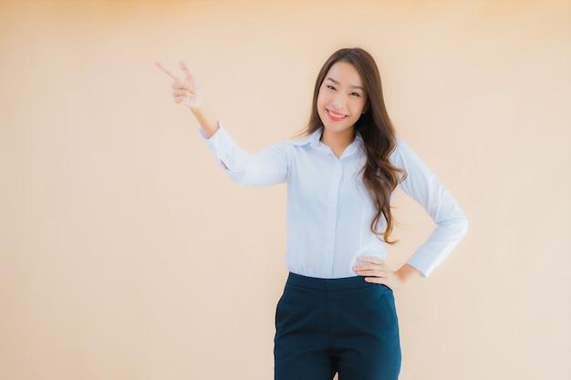 Porträt schöne junge asiatische geschäftsfrau