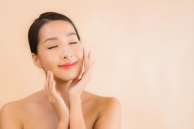 Porträt schöne junge asiatische gesichtsfrau mit schönheits-spa-konzept