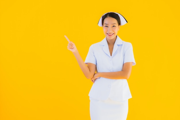 Porträt schöne junge asiatische thailändische krankenschwester