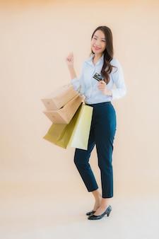Porträt schöne junge geschäft asiatische frau mit viel einkaufstasche vom einzelhandel und kaufhaus