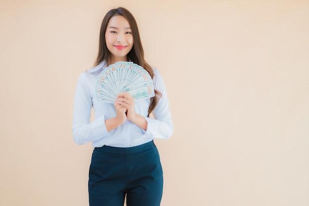 Porträt schöne junge geschäftsasiatin mit bargeld oder geld