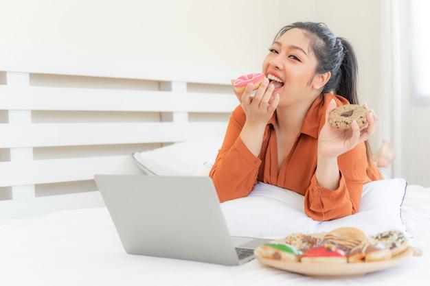 Porträt schöne pralle junge frau freude, junk food zu essen