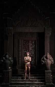 Porträt schöner hemdloser mann mit turban auf dem kopf und schönem silbernem ornament