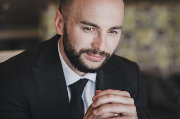 Porträt schöner selbstbewusster junger mann im anzug hautnah