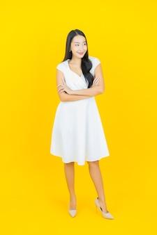 Porträt schönes junges asiatisches frauenlächeln