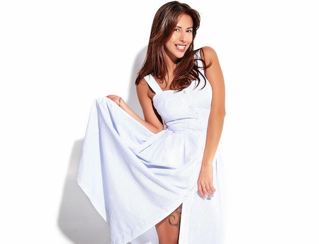 Porträt schönes nettes lächelndes brünettes frauenmodell im lässigen sommerkleid ohne make-up lokalisiert auf weiß