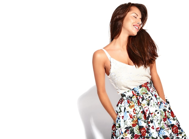 Porträt schönes niedliches brünettes frauenmodell in lässiger sommerkleidung ohne make-up lokalisiert auf weiß