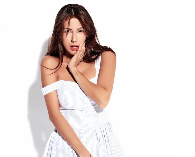 Porträt schönes süßes brünettes frauenmodell im lässigen sommerkleid ohne make-up lokalisiert auf weiß
