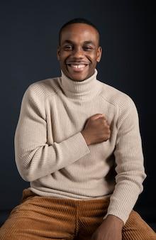 Porträt smiley mann sitzt