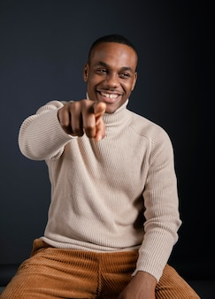 Porträt smiley mann zeigt