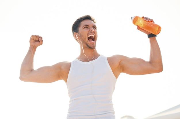 Porträt sportlicher mann mit kopfhörern