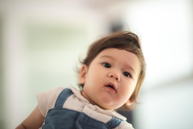 Porträt süße kleine babykinder, neugeborene kaukasische säuglingskindheit in glücklichem kinderbetreuungskonzept, kleiner unschuldsjunge oder -mädchen