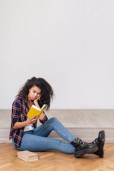 Porträt teenager-mädchen lesen
