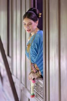 Porträt thailändisches modell im thailändischen kostüm