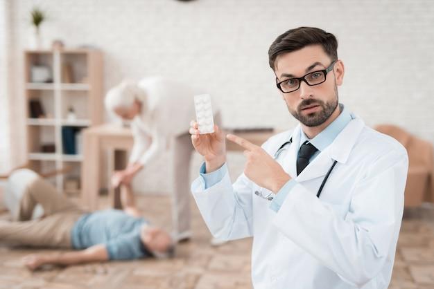 Porträt überzeugten doktors mit blase von pillen.