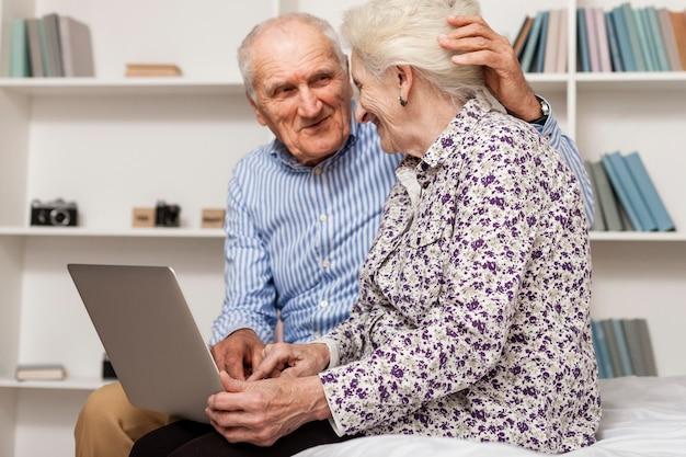 Porträt von älteren paaren unter verwendung eines laptops