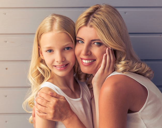 Porträt von attraktiven blondinen mit blauen augen.