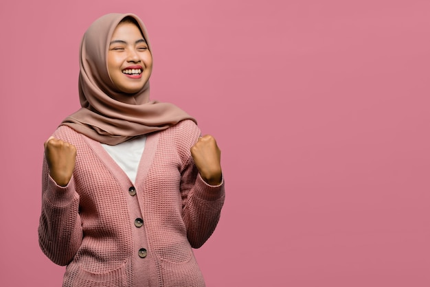 Porträt von aufgeregten schönen asiatischen frauen mit erfolgreichem ausdruck