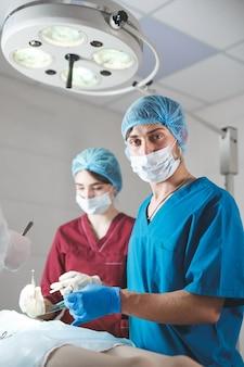Porträt von chirurgen bei der arbeit, funktionierend in der uniform ,.