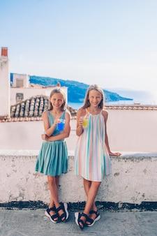 Porträt von den kaukasischen kindern, die sommerferien genießen