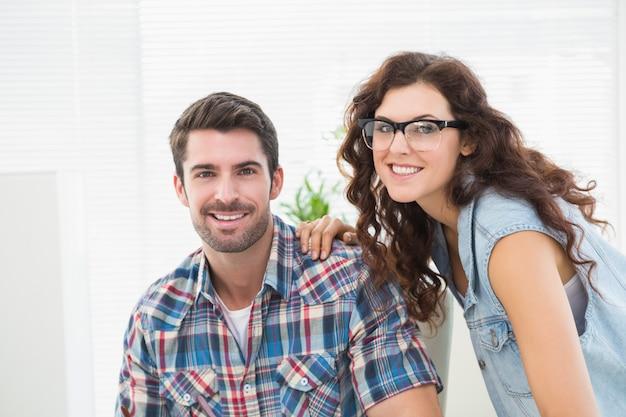 Porträt von den lächelnden partnern, die zusammen aufwerfen