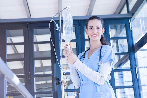 Porträt von doktor intravenösen tropfenfänger im krankenhaus halten
