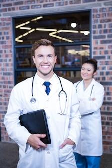 Porträt von doktoren, die im krankenhaus lächeln