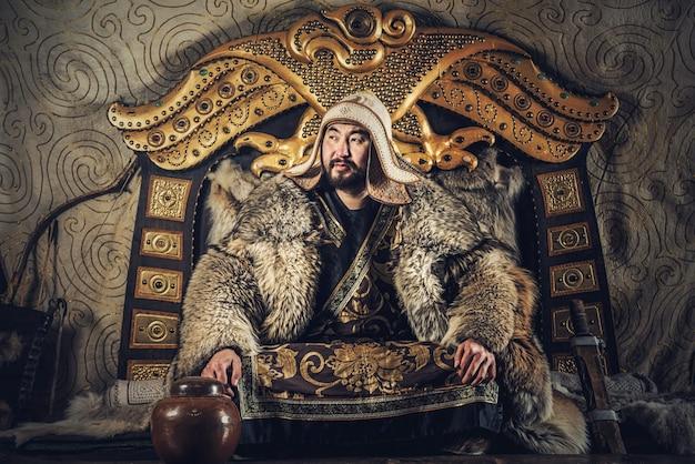 Porträt von dschingis khan oder von chinggis khaan in den kriegern, die traditionsgemäß typische mongolische trachtenkultur von mongolei tragen