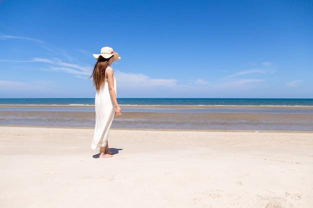 Porträt von entspannenden sommerferien der schönen jungen asiatischen frau auf strand