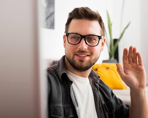 Porträt von erwachsenen männlichen videokonferenzen von zu hause aus