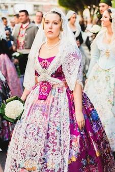 Porträt von falleras-frauen, die am tag der opfergabe an die jungfrau das traditionelle kostüm der fallas tragen
