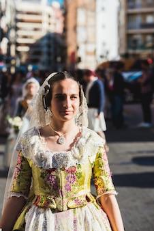 Porträt von falleras-frauen, die das traditionelle kostüm von fallas am tag des angebots an die jungfrau während der parade durch die straßen von valencia tragen