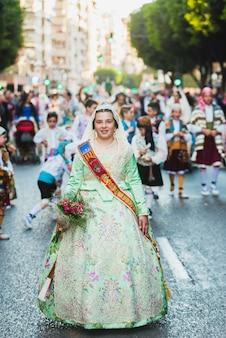 Porträt von falleras-frauen, die das traditionelle kostüm von fallas tragen
