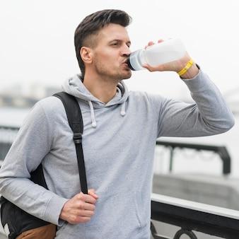 Porträt von fit männlichem trinkwasser